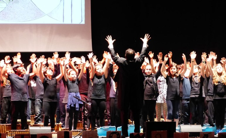 la splendida messa in scena con estratti dalla più celebre opera di Giuseppe Verdi, Aida, di cui ricorre il centenario, suonata, cantata e interpretata dai ragazzi delle scuole medie e la traduzione delle arie più famose nella lingua dei segni. Un progetto davvero ammirevole.