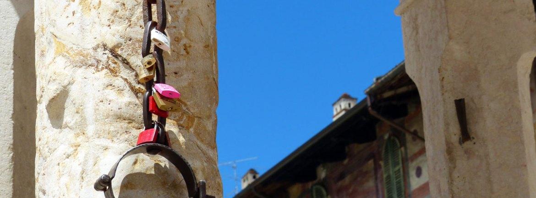 i lucchetti con i cuori alla catena della berlina in piazza delle erbe a verona