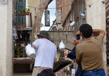 Foto alle percussioni da cucina nella berlina di Piazza Erbe per La poesia è servita (Verona risuona 2013)