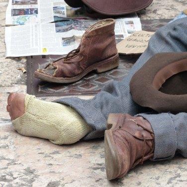 Oggi all'inizio del Liston in Piazza Bra potete imbattervi in questa scultura iperrealista in silicone dell'artista Annalisa Venturini (ha gentilmente posato per disMappa con la sua opera, grazie!), che rappresenta un anziano senzatetto, per riflettere sul fatto che non siamo quello che possediamo ma quello che siamo in grado di creare