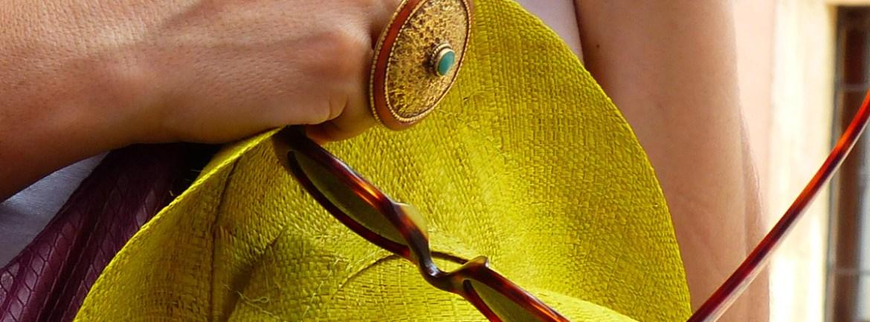 cappello di paglia, occhiali da sole, anello dorato, borsa viola