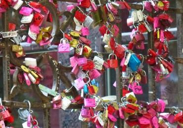 lucchetti d'amore al cancello del cortile della casa di giulietta a verona