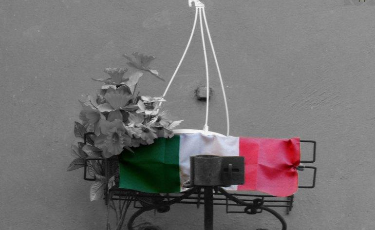 bandiera italiana e fiori