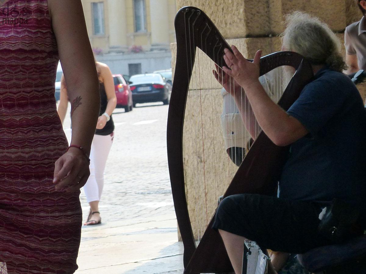 musicista suonatore arpa artista di strada via roma verona