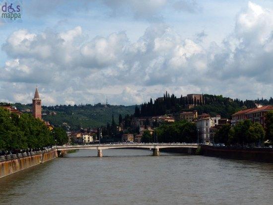 Fotografia panoramica da Ponte delle Navi, con il fiume Adige e le Torricelle, a Verona