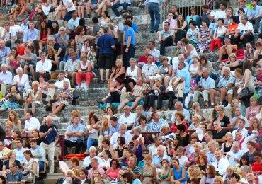 15, 21, 29 giugno 2013 (ore 21.15) - 4, 11, 25 luglio 2013 (ore 21.15) 1, 4, 11, 14, 18, 21 agosto 2013 (ore 21.00) - 5 settembre 2013 (ore 21.00) NABUCCO Musica di Giuseppe Verdi Libretto di Temistocle Solera Direttore Julian Kovatchev Regia Gianfranco de Bosio - Scene Rinaldo Olivieri Personaggi e interpreti Nabucco Ambrogio Maestri (15, 21, 29/6) Plácido Domingo (4/7 – 18/8) Leonardo López Linares (11/7 – 14, 21/8 – 5/9) Ivan Inverardi (25/7 – 1/8) Marco Vratogna (4, 11/8) Ismaele Stefano Secco (15, 21, 29/6) Lorenzo Decaro (4, 11, 25/7 - 1/8) Giorgio Berrugi (4,11, 14, 18/8) Cristian Ricci (21/8 – 5/9) Zaccaria Carlo Colombara (15, 21, 29/6) Vitalij Kowaljow (4, 25/7 – 1/8) Konstantin Gorny (11/7 – 5/9) Raymond Aceto (4, 11, 14, 18, 21/8) Abigaille Tatiana Melnychenko (15, 21/6 – 4/7) Tiziana Caruso (29/6 – 11/7 – 5/9) Lucrecia Garcia (25/7 – 1, 4, 11/8) Amarilli Nizza (14, 18, 21/8) Fenena Anna Malavasi (15, 21, 29/6 – 11/7) Sanja Anastasia (4, 25/7 – 21/8) Rossana Rinaldi (1, 4/8 - 5/9) Geraldine Chauvet (11, 14, 18/8) Gran Sacerdote Francesco Palmieri (15 ,21, 29/6 – 4/7) di Belo Abramo Rosalen (11, 25/7 – 1, 4/8) Gianluca Breda (11, 14, 18, 21/8 – 5/9) Abdallo Luca Casalin (15, 21/6 – 21/8 – 5/9) Carlo Bosi (29/6 – 4, 11, 25/7) Cristiano Olivieri (1, 4, 11, 14, 18/8) Anna Maria Letizia Grosselli (15, 21, 29/6 – 4, 11, 25/7) Francesca Micarelli (1, 4, 11, 14, 18, 21/8 – 5/9)