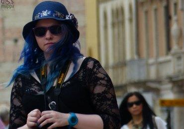 ragazza-capelli-blu-dismappa-verona