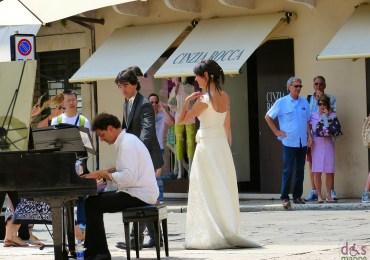 Con gli sposi Il pianista di strada Paolo Zanarella si esibisce in Piazza Erbe a Verona