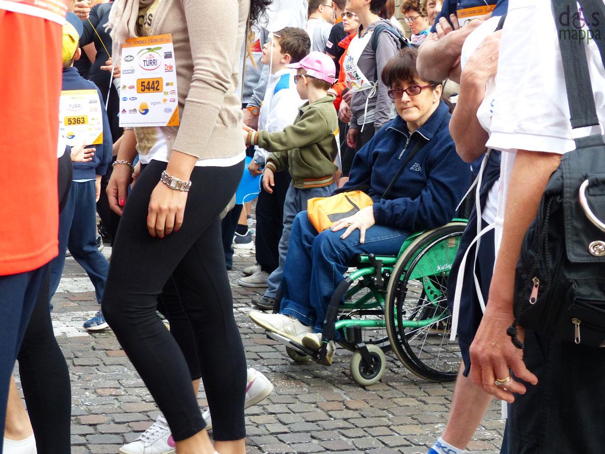 ragazza disabile in carrozzina alla partenza della straverona 2013