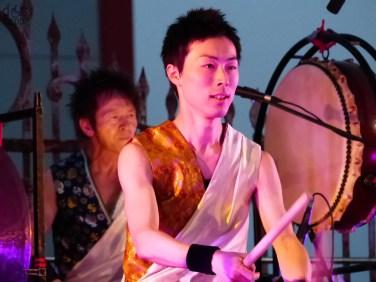 Live all'ex cementificio di Tregnago (Verona) - Primo appuntamento della Rassegna Voci e luci in Lessinia, 30 giugno 2013 (vedi http://www.dismappa.it/voci-luci-lessinia-spettacoli-accessibili-carrozzine/) Nato a Hokkaido, la più settentrionale delle quattro maggiori isole dell'arcipelago giapponese, Joji Hirota è un compositore e multistrumentista conosciuto in tutto il mondo come virtuoso di flauto shakuhachi e come maestro di taiko, il tipico tamburo giapponese usato nella musica popolare e religiosa. Come direttore musicale della prestigiosa Lindsay Kemp Dance Company ha composto ed eseguito le musiche del pluripremiato spettacolo Onnagata. Il suo gruppo, Joji Hirota & The Taiko Drummers, è considerato una delle migliori formazioni nipponiche di musica tradizionale e contemporanea, con tournée in tutti i continenti. Ai suoi Taiko Drummers si uniranno per Voci e Luci in Lessinia i tamburi del KyoShinDo, il più importante gruppo italiano di taiko.