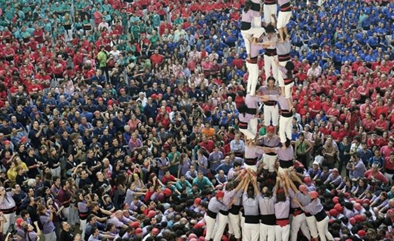 """Folklore e cultura catalane saranno i protagonisti di queste due giornate dedicate allo scambio culturale e alla conoscenza del popolo catalano.Più di 500 artisti appartenenti a ventuno gruppi venuti da differenti zone della Catalunya, offriranno le loro musiche, balli e giochi tradizionali e nel frattempo sfileranno con i ricchi e sfarzosi elementi popolari come i Gegants i capgrossos, la mulassa e i dracs.L'Aplec Internazionale, irresistibile momento di festa e musica, inizierà venerdì 2 agosto e raccoglierà il pubblico in Piazza delle Erbe, dove un coinvolgente spettacolo di danze catalane e torri altissime di uomini darà inizio alla festa. I castellers (torri umane) sono stati dichiarati dall'UNESCO Patrimonio Culturale Immateriale dell'Umanità. A seguire, un concerto unico nella chiesa di Sant'Anastasia, dove parteciperà una Cobla (formazione orchestrale tipica della Catalunya), la Polifonica de Puigreig (corale di 35 componenti) e l'orchestra Dodekachordon (composta da 19 musicisti) darà vita ad un unica fusione di ritmi e note. La tradizione continuerà a ballare anche Venerdì sera durante un incontro musicale e di danze che vedrà partecipare l'ensemble FolkBanda con le note venete tradizionali e gli artisti catalani; un mix di musiche e di identità culturali ritmerà i minuti di questa incredibile festa catalana. Faranno parte del clima di festa anche le Havaneres, canzoni e musica tradizionale che i marinai catalani portavano dai loro viaggi a Cuba, il tutto accompagnato dal """"ron cremat"""" (rum flambée) che spegnerà le luci della prima notte dal sapore marinaio."""