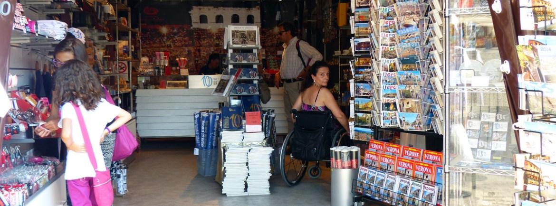 accessibilita-carrozzina-negozio-merchandising-arena-verona