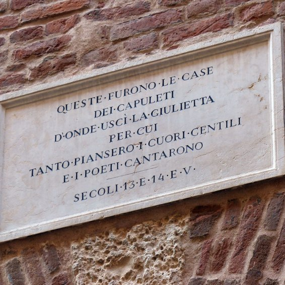 La targa con iscrizione all'entrata