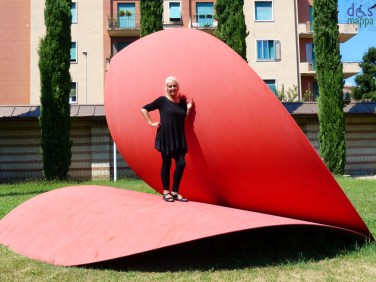 A cuore aperto Scultura in acciaio di Piera Legnaghi, dal 2005 nel giardino della Tomba di Giulietta. La scultura, che prende spunto dalla leggenda di Giulietta e Romeo, vuole trasmettere un messaggio d'amore universale. Il cuore, simbolo d'amore, di pace, di solidarieta' e di tolleranza, e' infatti aperto al mondo ad indicare che soltanto attraverso la disponibilita di ciascuno si puo' guarire l'umanita'. The sculpture, inspired by the legend of Romeo and Juliet, was conceived to transmit a message of universal love. The heart, symbol of love, peace, soliderity and tolerance is, in fact, open to the world to show that only if every individual is willing can humanity be healed