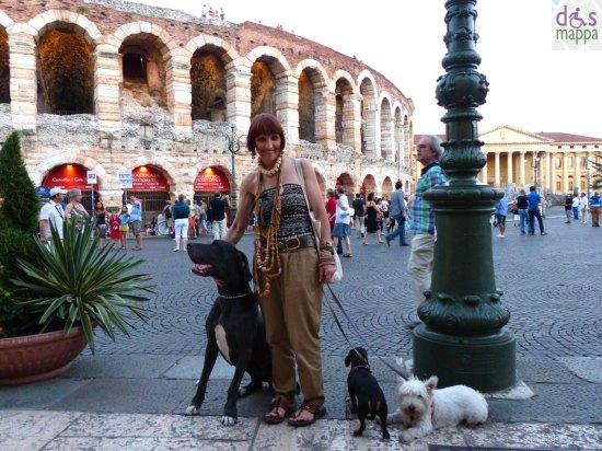 signora-3-cani-collane-centro-storico-verona