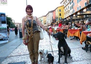 signora-cani-collane-centro-storico-verona