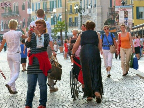 20130903-foto-piazza-bra-carrozzina-disabile-verona