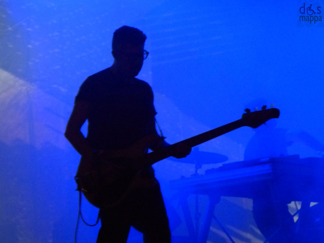 """Motel Connection sono un gruppo musicale italiano di musica elettronica. Sono nati a Torino nel gennaio 2000 grazie all'incontro tra Samuel (voce dei Subsonica), Pisti (dj house) e Pierfunk (ex-bassista dei Subsonica). Biografia Nel novembre del 2001 esce il primo lavoro firmato Motel Connection e cioè la colonna sonora di Santa Maradona, il lungometraggio di esordio di Marco Ponti. Con il singolo All over, Santa Maradona dei Mano Negra e Nuvole Rapide dei Subsonica la colonna sonora viene pubblicata dalla Mescal.[1] Nel novembre 2002 ancora la Mescal pubblica il primo vero e proprio album dei Motel Connection, intitolato Give Me a Good Reason to Wake up, coprodotto con Marco Bertoni e Roberto Masi, contenente 2 nuovi brani e 8 remix di tracce della colonna sonora di Santa Maradona.[2] Il singolo Two, che ha anticipato l'album, è stato affiancato da uno dei video di maggior successo della fine 2002, inizio 2003. [senza fonte] Nell'estate del 2003 esce il secondo singolo tratto da Give me a good reason to wake up intitolato The light of the morning, seguito da un video di Alberto Colombo. A settembre arriva invece Lost. I Motel Connection collaborano nuovamente con il regista Marco Ponti e realizzano la colonna sonora A/R Andata + Ritorno per l'omonimo film che viene pubblicata sempre dalla Mescal nell'aprile del 2004, e contiene anche un secondo CD con canzoni di artisti torinesi emergenti.[3] Il singolo estratto è Queen of Sugar. Il 29 aprile 2005 esce per la EMI il singolo My Darkside, anticipazione del nuovo corso artistico del progetto Motel Connection. Il 3 novembre 2006 viene pubblicato il nuovo album di studio dal titolo Do I Have a Life? sempre coprodotto con Marco Bertoni, ,[4] disponibile anche in una versione speciale con DVD. Il singolo che ha anticipato l'uscita dell'album è Nothing more. I Motel Connection hanno partecipato, tra le altre cose, a numerosi concerti """"free-enter"""" in tutta Italia. Hanno riscontrato grande successo ai concerti del Lazzaretto"""