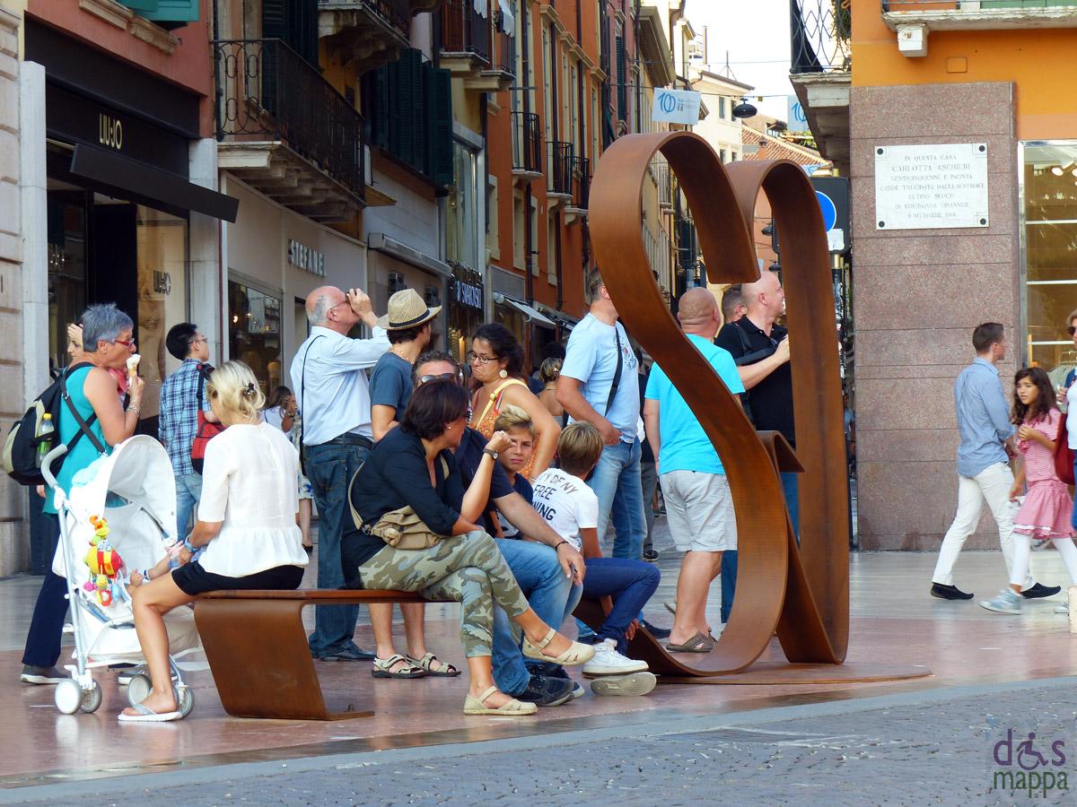 20130906-panchina-amore-cuore-scultura-verona