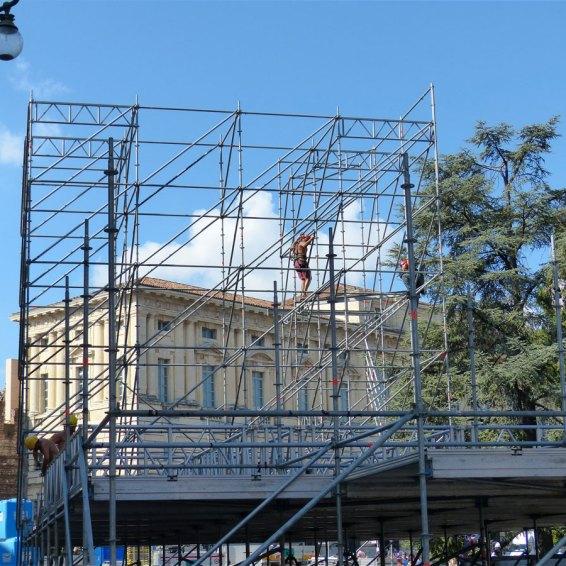 I costruttori del palco per la finale di Festival Show in Piazza Bra a Verona