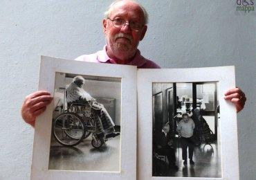 Il fotografo veronese Maurizio Brenzoni ritratto con due sue foto scattate negli anni 1980 all'ospizio di Villa Monga, con anziane signore sulla sedia a rotelle