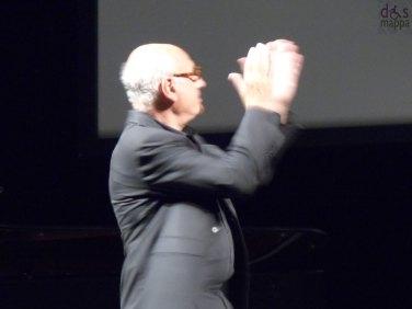 CINE OPERA MICHAEL NYMAN concerto piano solo con M.Nyman, Teatro Nuovo di Verona, 3 settembre 2013 http://www.dismappa.it/?s=nyman Michael Nyman è tra i più versatili e popolari compositori della sua generazione. Nel suo concerto di pianoforte solo propone molti dei brani che l'hanno reso famoso tra i quali le colonne sonore di Lezioni di Piano, Le Bianche Tracce della Vita (the Claim), Il Diario di Anna Frank, Gattaca e Wonderland. Ad accompagnare le meravigliose musiche di Nyman la proiezione di alcuni dei suoi video tratti dalla raccolta Cine Opera, da cui deriva il titolo del nuovo progetto che il Maestro sta portando in tournée. Cine Opera comprende infatti una serie di filmati girati dall'artista Michael Nyman in diverse parti del mondo durante gli ultimi quindici anni. Nata dai suoi numerosi viaggi, da un percorso introspettivo e dalle esperienze di vita, questa collana raccoglie più di 45 registrazioni cinematografiche che documentano aspetti dalla vita di tutti i giorni da lui selezionati.