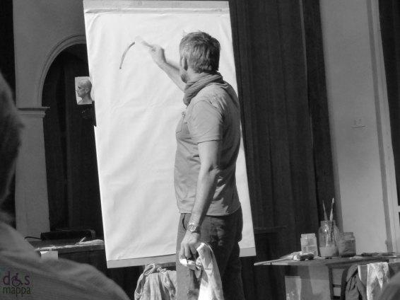 TheatreArt Verona 2013 - Venerdì 13 settembre ore 21.00 [Piccolo Teatro di Giulietta] OPUS: ASCOLTO VISUALE evento di musica e arte con TommasoPedriali | NicolaNannini | composizioni per basso elettrico, chitarre e olio su carta {ingresso libero} Nicola Nannini, insieme al chitarrista Tommaso Pedriali, dà vita ad una performance pittorica dal vivo «sonorizzata» dal musicista che interpreta i vari momenti del dipinto – il ritratto di una persona qualsiasi – portato a compimento attraverso varie fasi: l'osservazione, l'introspezione, lo sbozzo, la realizzazione del quadro vero e proprio, fino a quella calma che segue il «furore» artistico. Quasi come planare dopo un volo con la sola forza del vento.
