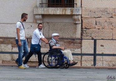 20130916-anziano-carrozzina-piazza-dante-verona