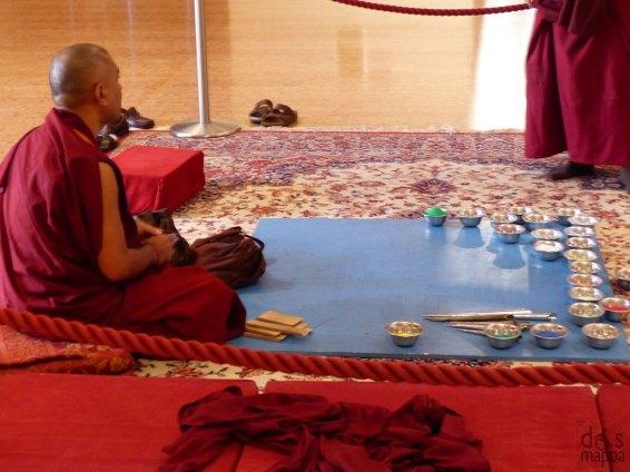 La creazione del mandala di sabbia dei monaci tibetani alla Buvette della Gran Guardia a Verona - Il mandala di sabbia Il mandala rappresenta la dimora celestiale dei buddha. I mandala possono essere fatti di materiale diverso, ma qui in questo caso, il mandala viene costruito con sabbia colorata. Ogni buddha ha un mandala specifico e le complesse figure che vengono disegnate con la sabbia rappresentano aspetti specifici delle caratteristiche del buddha. Fra i mandala realizzati dai monaci sono quello di Cenresig (Buddha della compassione), di Hayagriva, di Tara e del Buddha della medicina. Il fatto che il mandala sia costruito con la sabbia e che venga poi distrutto sta a significare l'impermanenza e la transitorietà di tutte le cose. Inoltre, il mandala viene utilizzato come sostegno per la meditazione, guidando chi lo costruisce nello sviluppo delle qualità rappresentate dal mandala e incarnate dal Buddha che lo abita. È detto che il solo vedere il mandala deposita delle impronte molto positive nel continuum mentale. Una volta costruito il mandala viene consacrato e poi, dopo aver consentito ai visitatori di osservarlo, viene distrutto. Il tutto sempre accompagnato da canti e preghiere. La sabbia può poi essere consegnata alle persone oppure solitamente viene riversata nelle acque di un fiume, lago o mare. I mandala sono forti simboli di pace, perché condensano le qualità come compassione e saggezza e stimolano le persone che li osservano a riflettere su tali qualità e a impegnarsi per ottenerle.