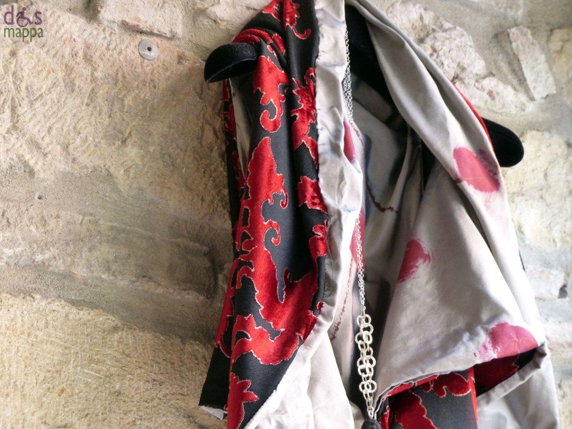 """Mostra temporanea """"Il vero accessorio è..."""" di Rita Martinez ed Elena Sandri, presso Galleria Smart Revolution in via Ponte Pietra: spille, orecchini, cappelli, vestiti dipinti a mano. Dal 20 al 25 settembre 2013."""