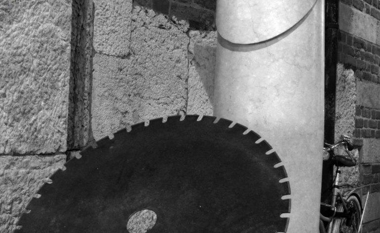 MARMOMACC AND THE CITY 2013 Marmomacc esce dal quartiere fieristico con una mostra diffusa, allestita negli spazi pubblici della città. Marmomacc, giunta alla sua 48° edizione in programma a Verona dal 25 al 28 settembre 2013, come di consueto dedicherà particolare attenzione a progetti, mostre ed attività di architettura e design, per favorire una rilettura ed un'attualizzazione del materiale litico che innesti nuove prospettive di sperimentazione e nuove aree strategiche di affari. Proprio in quest'ottica è nata Marmomacc and the City, mostra di sculture ed installazioni organizzata in collaborazione con l'Ordine degli architetti e il Comune di Verona, la cui raison d'être è portare la Fiera ed il materiale lapideo fuori dai padiglioni e dai confini del quartiere fieristico. L'iniziativa, che ha riscosso un grandissimo successo nella sua prima edizione, è riservata agli espositori di Marmomacc 2013 ed offre la possibilità, ad ogni azienda partecipante, di esporre un'opera di sua proprietà o da essa eseguita, nelle Piazze e nei Cortili più significativi di Verona. Per garantire la massima visibilità, Veronafiere ha ottenuto che le opere rimangano esposte dal giorno di inizio di svolgimento della rassegna fino al 29 ottobre 2013. Progetto in collaborazione con: Comune di Verona, Ordine degli Architetti P.P.C della provincia di Verona.
