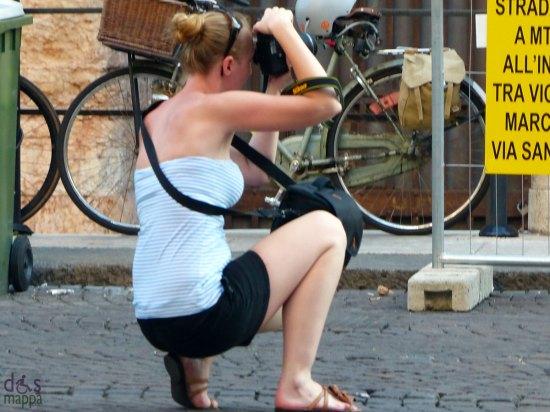 foto-turista-inginocchiata-arena-verona