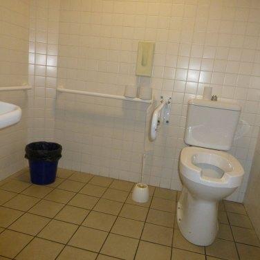 al teatro camploy il bagno nel corridoio a destra della biglietteria quello che porta alla