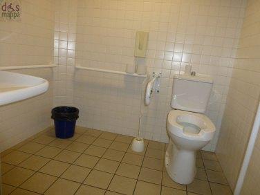 Al Teatro Camploy il bagno nel corridoio a destra della biglietteria, quello che porta alla porta laterale con la rampa, c'è un bagno accessibile alle carrozzina e attrezzato.