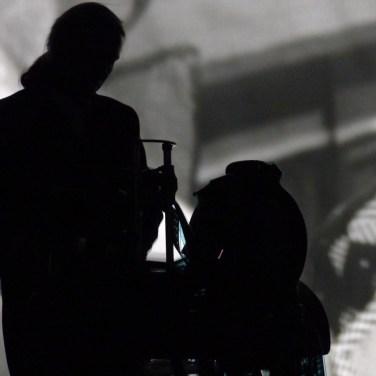 """Quest´anno la pellicola scomparirà definitivamente dalle sale cinematografiche. Una fine annunciata. Avvento del digitale, inizio della malinconia per la materia e la sostanza dei sogni che hanno affascinato generazioni di cinofili. La rassegna Theatre Art Verona ricorda e celebra con uno spettacolo di qualche anno fa ma oggi così attuale: La fabbrica dei sogni, di e con Paolo Valerio, venerdì 11 ottobre alle 21 al Nuovo racconterà della pellicola, dei frammenti d´emozioni che ci hanno fatto piangere, impaurire, attendere, desiderare e gioire. Pellicole disposte confusamente sul pavimento accompagnano il pubblico in un luogo fantastico, inusitato e persino insospettato: al di là dello schermo cinematografico. Il pubblico vedrà scorrere le immagini rovesciate di vecchi film, una preziosa cucitura di vecchie pellicole salvate nel corso di sessant´anni di attività da Aristide Polato, operatore di cinema dal 1926. Un campionario di volti famosi o dimenticati, attori grandi e piccoli, film d´avventura e cinegiornali, la storia e la finzione, la risata e la tragedia. Memoria cinematografica, su cui si staglia e vive il protagonista, un giovane distruttore di pellicole, che come un tenero macellaio affetta, accetta, frantuma quegli stessi preziosi fotogrammi che confonde con la sua stessa vita. Lacerato dal dramma di dover annientare ciò che più ama, vive sospeso tra la realtà e la fascinazione delle immagini effimere che deve distruggere. «Quando affetto con la mia affettatrice i film, sento la tritatura di ossa umane», dice il protagonista, «come se stessi stritolando in un macinino a mano i crani e le ossa di qualcuno e, affettando, penso alla frase di Talmud: """"Siamo come maiali, soltanto quando veniamo affettati esprimiamo il meglio di noi stessi""""». Con lui c´è una macchina da proiezione muta Hellman del 1929, le musiche di Webber, Bach, Billie Holiday, Puccini, Tom Waits, Nyman, Schumann scorrono come colonna sonora. La contaminazione si apre anche alla letteratura: l"""