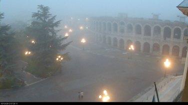 Piazza Bra e l'Arena avvolte dalla nebbia