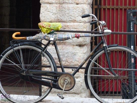20131019-bicicletta-pioggia-ombrello-arena-verona
