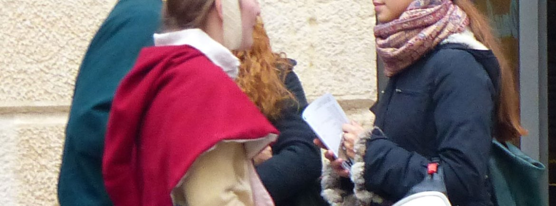 20131019-passanti-costume-scaligero-ragazza-casco-verona
