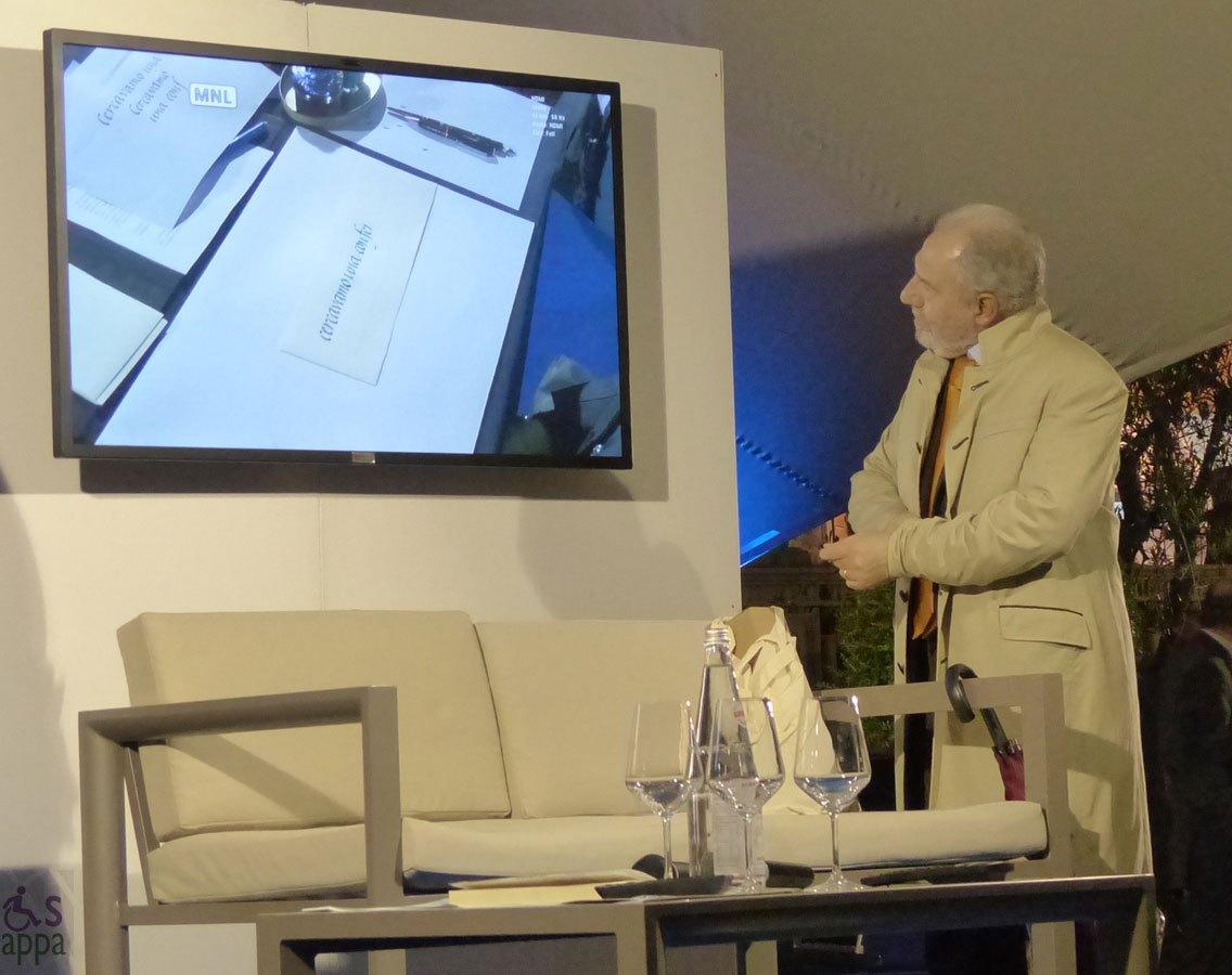 Antonio Capranica ammira le calligrafie