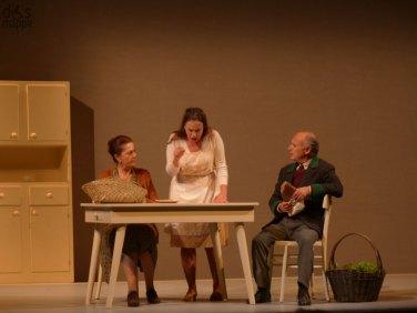 """A inaugurare il Grande Teatro il 5 novembre (con repliche fino al 10) è Le voci di dentro di Eduardo De Filippo, commedia che, rappresentata per la prima volta nel 1948, affronta il tema dell'ambiguità realtà-sogno. Protagonista e regista è Toni Servillo che torna a De Filippo di cui aveva già messo in scena, una decina di anni fa, con grande successo anche a livello internazionale, """"Sabato, domenica e lunedì"""". Al suo fianco, per la prima volta in teatro, il fratello Peppe Servillo, voce degli Avion Travel. Alberto Saporito (Toni Servillo) è convinto che i suoi vicini di casa, i Cimmaruta, abbiano ucciso l'amico Aniello Amitrano di cui da giorni non si hanno più notizie. Li denuncia ma, quando cerca prove dell'omicidio, si accorge che in realtà non è successo nulla e che il delitto lui lo ha solo immaginato. Decide allora di ritrattare. Ma è troppo tardi perché la sua denuncia ha messo in moto un meccanismo che non si può più fermare."""