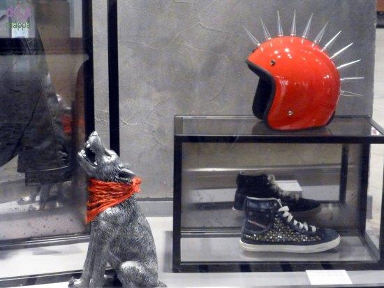 Il lupo che ulula e il casco rosso con le punte nelle vetrine natalizie di diesel a verona