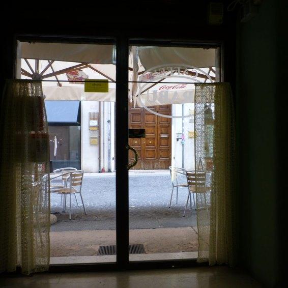 Il Bar Crabu in via Stella (quasi all'incrocio con via Cappello) è a livello della strada, con tavolini all'aperto tutto l'anno e un piccolo locale interno a cui si accede senza alcun scalino. Non è presente bagno per disabili.