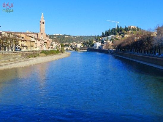 Una galleria fotografica di panorami azzurrissimi ripresi dai ponti e lungadigi lungo l'ansa del centro storico di Verona