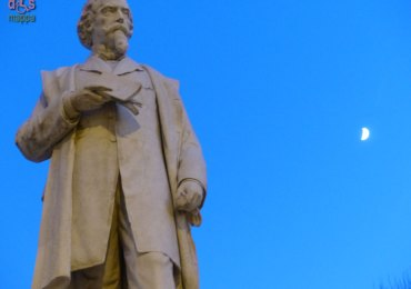 Statua Aleardo Aleardi con luna Verona