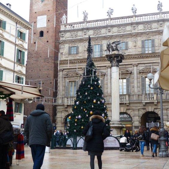 20140103 Albero di Natale bruciato Piazza Erbe Verona