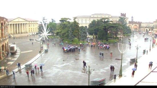 20140105 webcam piazza bra arena ombrelli pioggia