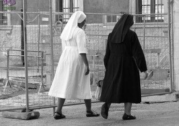 20130902 Suora bianco nero Piazza Arditi Verona