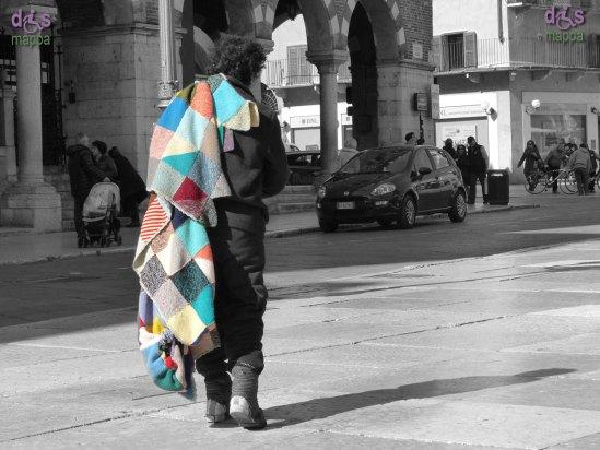 20140306 Donna con coperta Piazza Erbe Verona