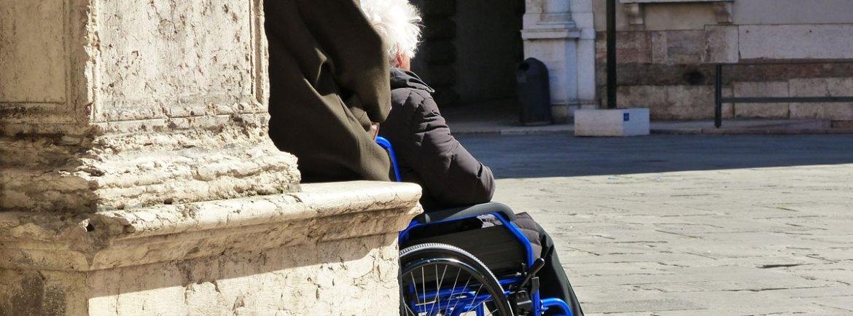 20140306 Signore al sole in piazza Dante Verona