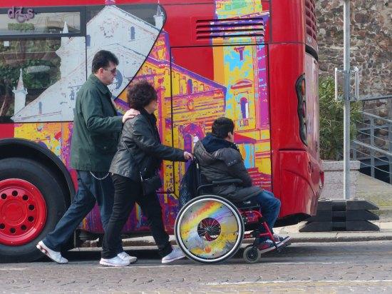 20140316 Ragazzo disabile in carrozzina Piazza Bra Verona